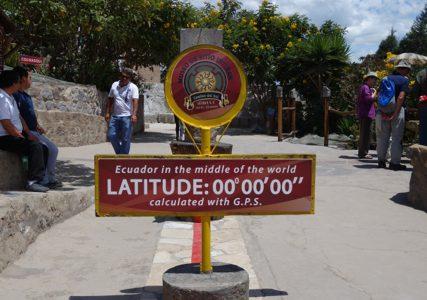 「本物」と「偽物」の赤道記念碑, Quito , Ecuador