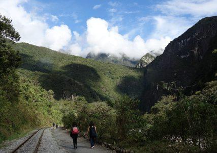 少年の気分でマチュピチュへ!線路沿いをハイキング, Machu Picchu , Perú