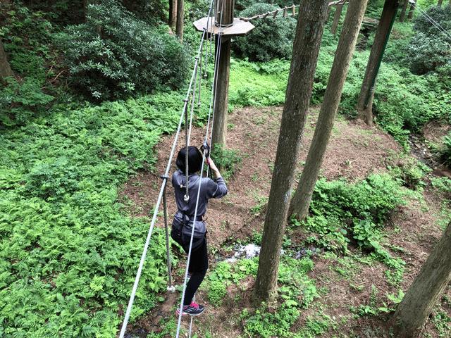 細い1本のロープの上を移動