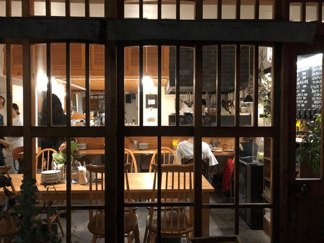 格子状の窓枠が美しいガラス窓