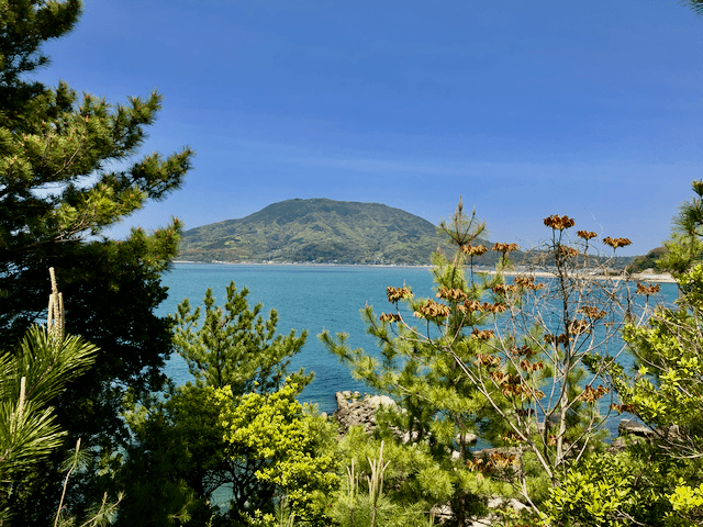 海の向こうに可也山を望む