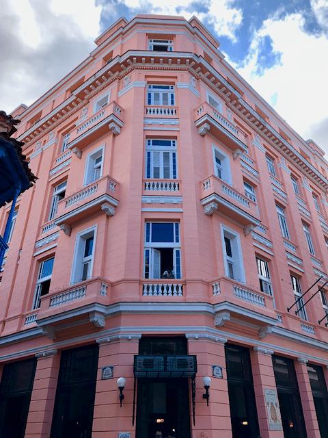 ピンク色の鮮やかな外壁