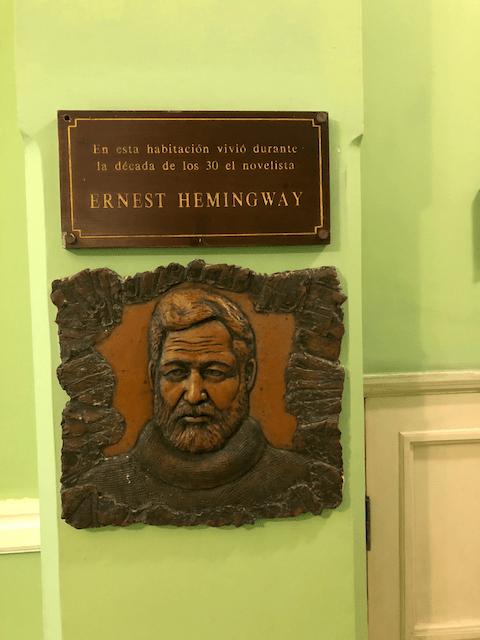 この部屋に30年代にヘミングウェイが住んでいました、と書いてます