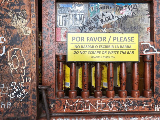 カウンターには落書き禁止です。