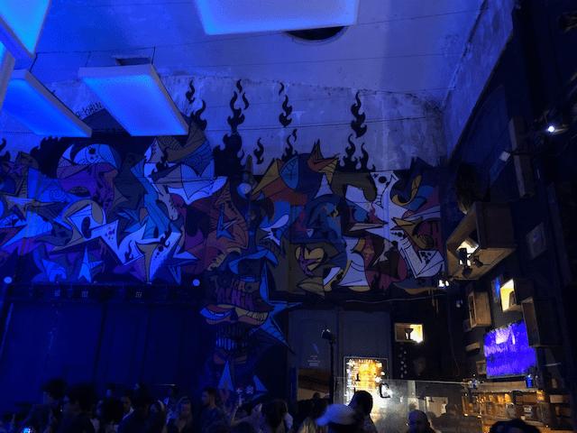 部屋の壁にも巨大なアートが!