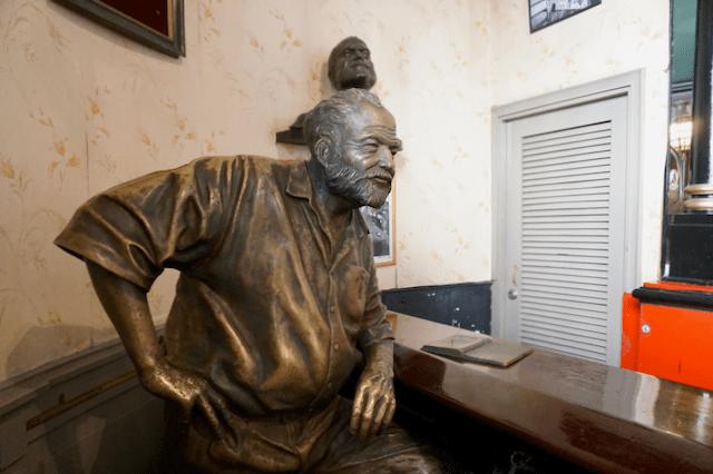 ヘミングウェイの銅像