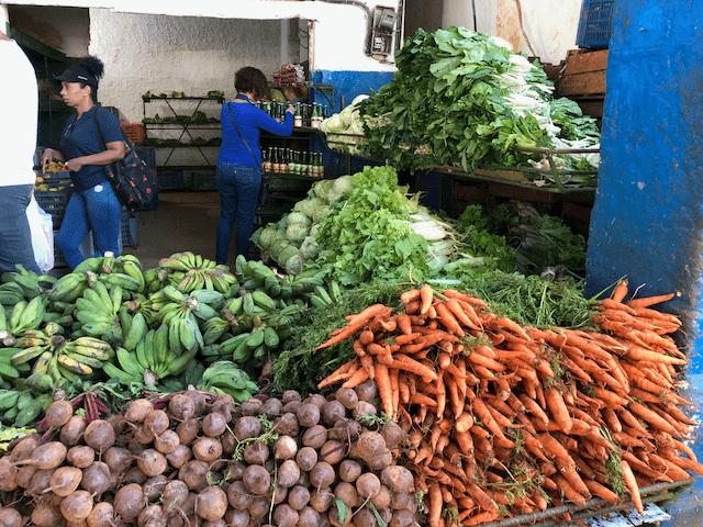 山積みの野菜や果物