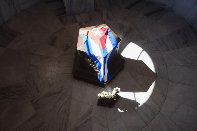 キューバ国旗と石棺