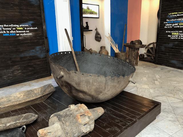 原始的なサトウキビジュースを煮詰める釜