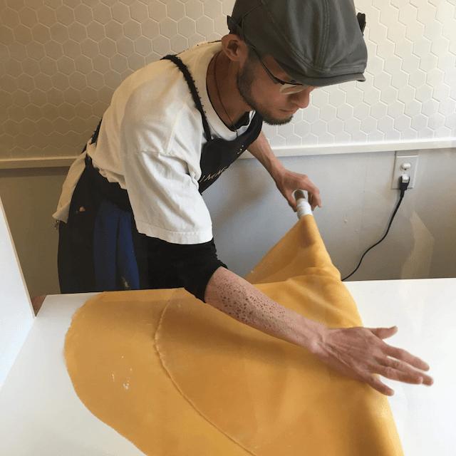 タリアテッレ製麺の様子