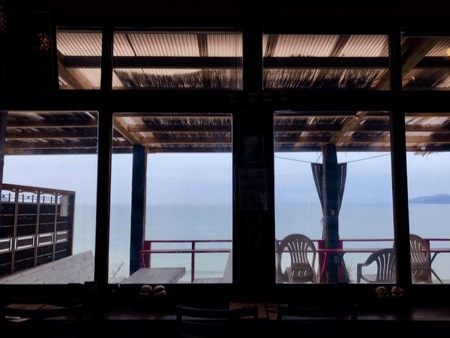 室内からテラス席を眺める