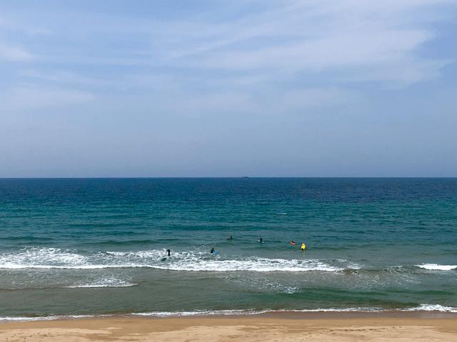 大口海岸のサーファー